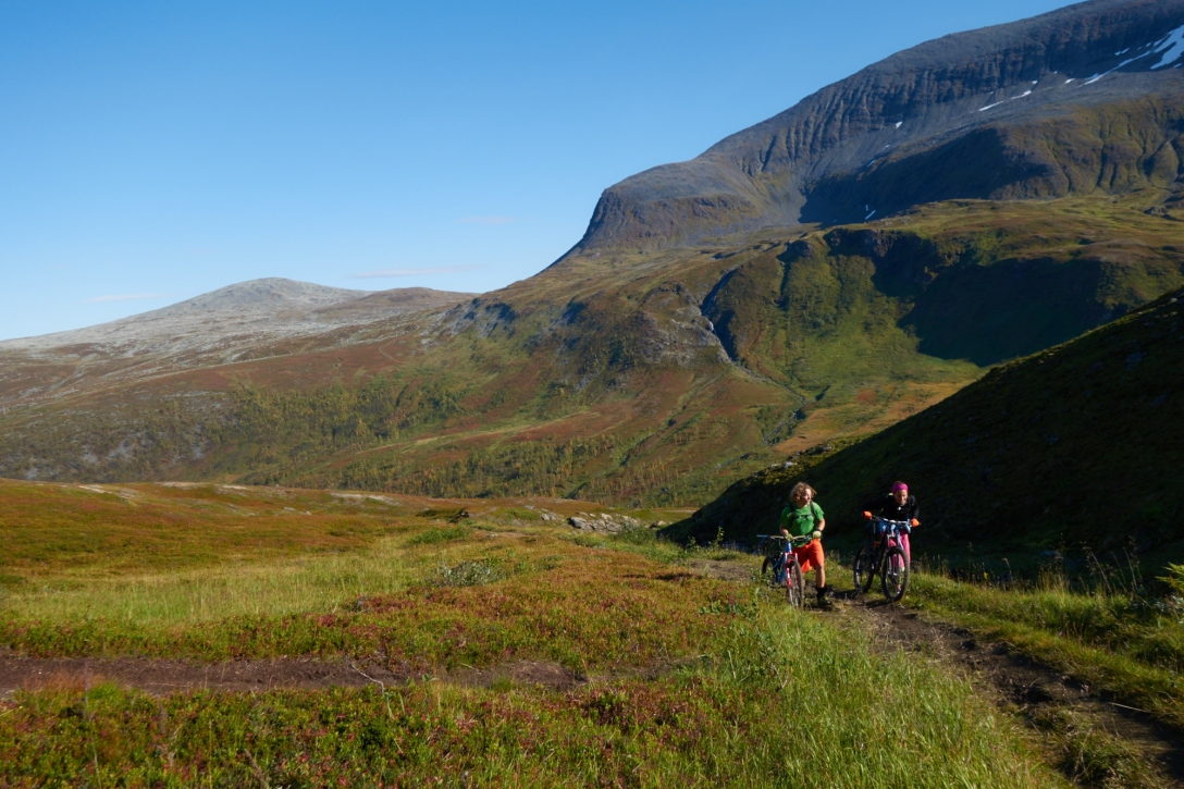 Martin and Lina trotting up towards Bønntuva.