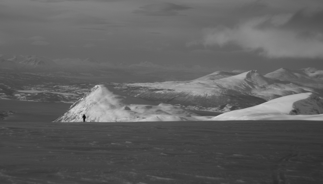 A lonely skier on the flat ridge of Sørfjelltind.