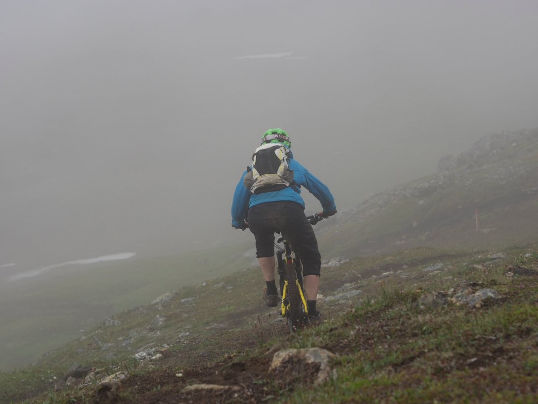 Riding down Fløya on a wet day. Photo by Martin.